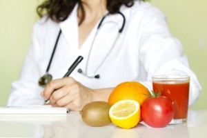 Lechebnyie dietyi 2 300x200 - Doctor nutritionist in office with healthy fruits diet concept